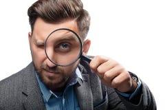 Uomo con la lente d'ingrandimento su fondo bianco Immagine Stock Libera da Diritti