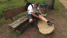 Uomo con la lesione del muscolo della gamba archivi video