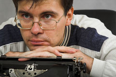 Uomo con la macchina da scrivere dell'annata immagini stock