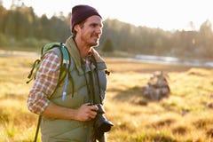 Uomo con la macchina fotografica in campagna, Big Bear, California, U.S.A. Immagini Stock Libere da Diritti