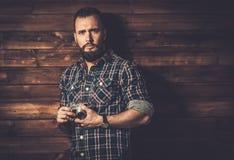 Uomo con la macchina fotografica della tenuta della barba Fotografia Stock Libera da Diritti