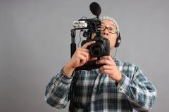 Uomo con la macchina fotografica di HD SLR e l'audio strumentazione Immagini Stock