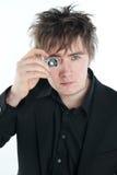 Uomo con la macchina fotografica miniatura Fotografie Stock