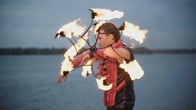 Uomo con la manifestazione del fuoco della torcia Movimento lento stock footage