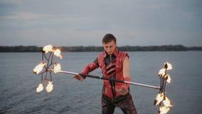 Uomo con la manifestazione del fuoco della torcia Movimento lento archivi video