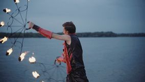 Uomo con la manifestazione del fuoco della torcia Movimento lento video d archivio