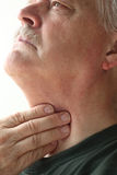 Uomo con la mano sulla gola Fotografia Stock