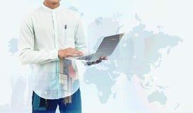 Uomo con la mappa di mondo e del computer portatile Fotografie Stock