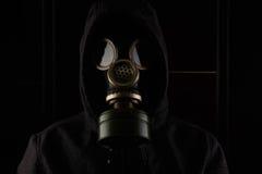 Uomo con la maschera antigas Immagini Stock