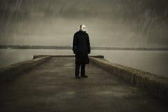 Uomo con la maschera bianca fotografia stock