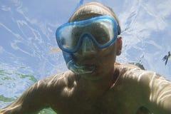 Uomo con la maschera della presa d'aria subacquea Fotografie Stock Libere da Diritti