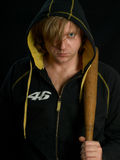 Uomo con la mazza da baseball nello scuro. Fotografie Stock