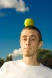 Uomo con la mela Fotografie Stock Libere da Diritti