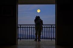 Uomo con la notte della luna piena al terrazzo Fotografie Stock