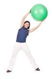 Uomo con la palla svizzera che fa gli esercizi Fotografia Stock Libera da Diritti