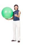 Uomo con la palla svizzera che fa gli esercizi Fotografie Stock