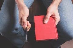 Uomo con la penna ed il taccuino Fotografia Stock