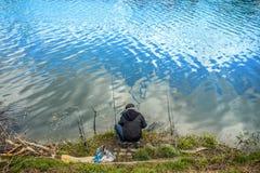 Uomo con la pesca delle canne da pesca Fotografie Stock