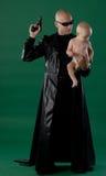 Uomo con la pistola ed il figlio Fotografia Stock