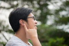 Uomo con la protesi acustica dietro l'orecchio fotografie stock