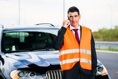Uomo con la ripartizione dell'automobile che chiama la società di rimorchio Fotografie Stock Libere da Diritti
