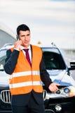 Uomo con la ripartizione dell'automobile che chiama la società di rimorchio Fotografia Stock Libera da Diritti