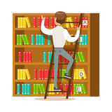 Uomo con la scala che cerca un libro sullo scaffale per libri, illustrazione sorridente di Person In The Library Vector Fotografia Stock