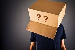 Uomo con la scatola di cartone sulla sua interrogazione capa fotografia stock libera da diritti