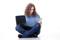 Uomo con la scheda del calcolatore Fotografia Stock Libera da Diritti