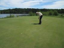 Uomo con la scheda del segno di golf Fotografie Stock Libere da Diritti