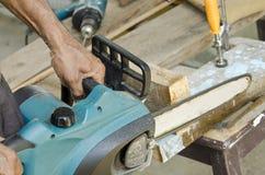 Sega a catena che taglia il legno Fotografie Stock Libere da Diritti