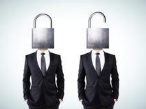 Uomo con la serratura capa aperta e chiusa immagine stock libera da diritti