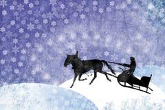 Uomo con la slitta trainata da cavalli sugli snowflackes di inverno Fotografia Stock Libera da Diritti