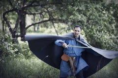 Uomo con la spada medioevale Fotografia Stock