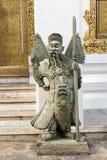 Uomo con la statua dell'arma in tempio Fotografie Stock Libere da Diritti