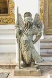 Uomo con la statua dell'arma in tempio Immagine Stock Libera da Diritti