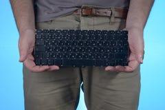 Uomo con la tastiera in mani Immagine Stock