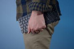 Uomo con la tastiera in mani Fotografia Stock Libera da Diritti