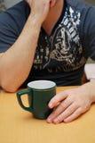 Uomo con la tazza Fotografia Stock Libera da Diritti