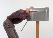 Uomo con la testa in cassetta postale Fotografia Stock Libera da Diritti
