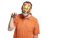 Uomo con la tigre della pittura del fronte immagine stock libera da diritti