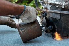 Uomo con la torcia per saldature Fotografie Stock Libere da Diritti