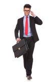 Uomo con la valigia & sul telefono Fotografia Stock Libera da Diritti