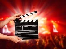 Uomo con la valvola del film sul concerto Immagine Stock