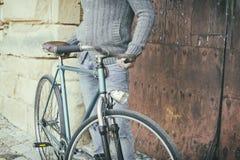 Uomo con la vecchia bici Fotografia Stock