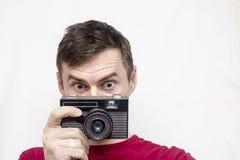 Uomo con la vecchia macchina fotografica Immagine Stock