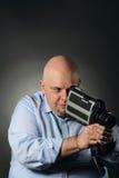 Uomo con la videocamera d'annata Fotografia Stock Libera da Diritti