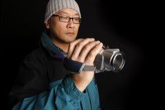 Uomo con la videocamera portatile Fotografie Stock Libere da Diritti
