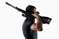 Uomo con la vista laterale del fucile di tiratore franco isolato Fotografia Stock Libera da Diritti