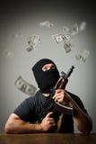 Uomo con le banconote del dollaro e della pistola Immagine Stock